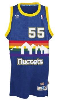 Modelo de la camiseta de los Nuggets con el 55 de Mutombo (NBA.COM)
