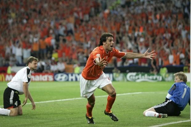 Van Nistelrooy celebra un gol con su selección ante Alemania en la Eurocopa de 2004 (Archivo 20minutos).