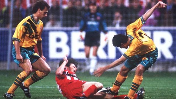 El Bayern, con la segunda versión de su uniforme amarillo, en una foto de 1994 (EFE).