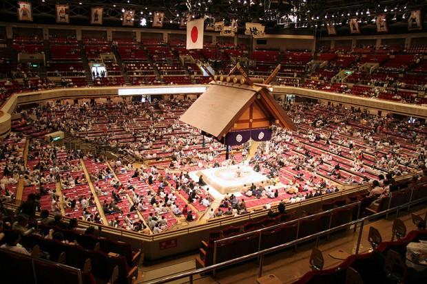 Vista general del interior del Ryogoku Kokugikan (WIKIPEDIA).