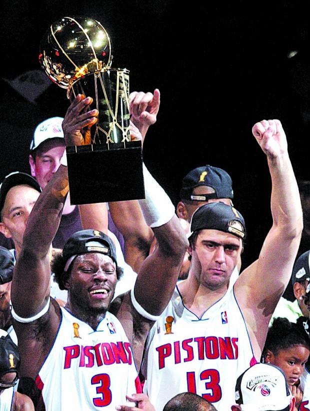Wallace alza el trofeo de campeón de la NBA junto a su compañero, el turco Mehmet Okur, en 2004 (Archivo 20minutos).
