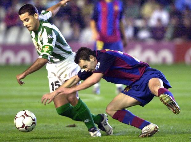 Ito protege un balón ante un jovencísimo Andrés Iniesta en un partido de Liga entre el Betis y el Barça en 2004 (Archivo 20minutos).