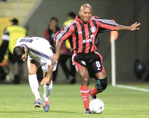 Zé Roberto, en un partido de Champions con el Bayer Leverkusen en 2001 (Archivo 20minutos).