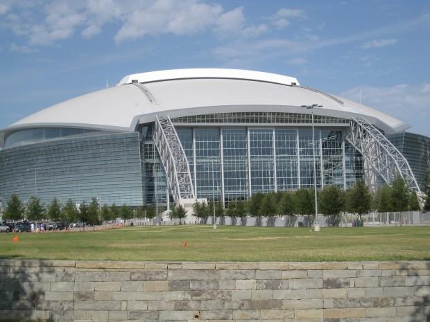 Exterior del estadio. Se aprecia el inicio de los arcos (WIKIPEDIA).