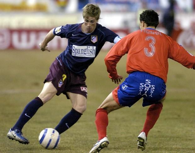 Torres luce en su camiseta el título de la película 'Spanglish' en un partido de Copa del Rey entre el Atleti y el Numancia disputado en Soria el 2 de febrero de 2005 (Archivo 20minutos).