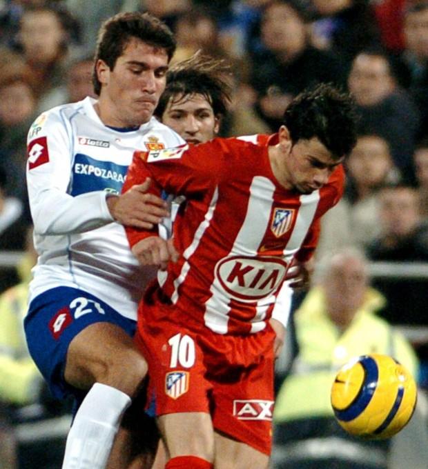 Kezman protege un balón ante Zapater, del Zaragoza, en un partido de Copa del Rey de la temporada 2005/2006 disputado en La Romareda (Archivo 20minutos).