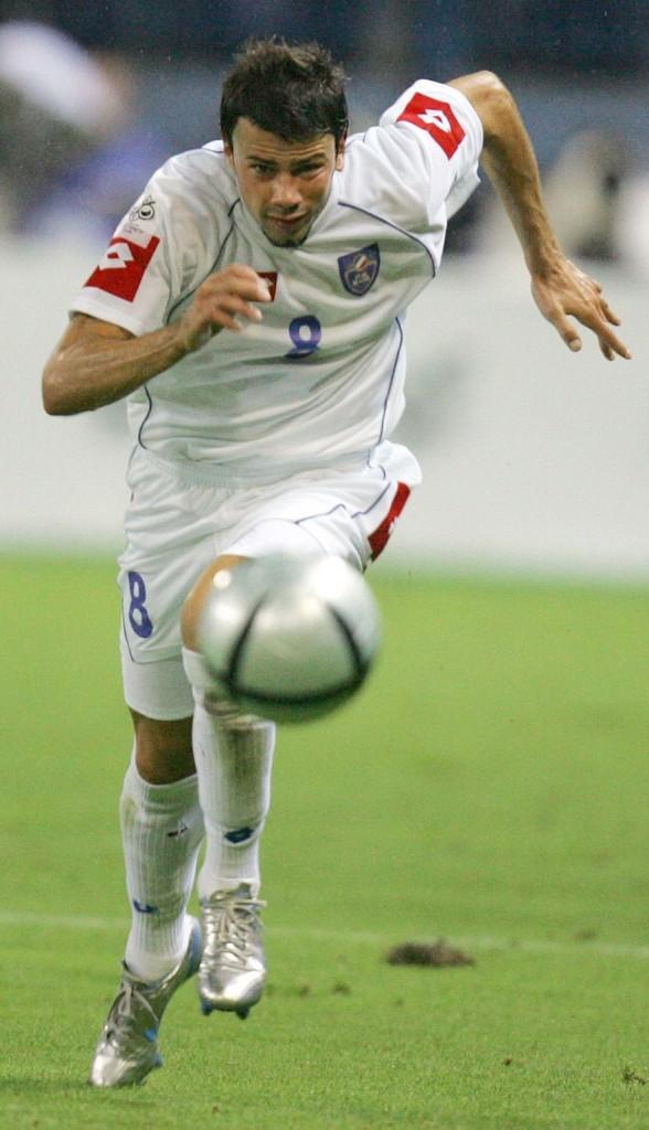 Mateja Kezman persigue un balón en un partio de su selección ante España en el Vicente Calderón en septiembre de 2005, valedero para la clasificación para la Eurocopa de 2006 (Archivo 20minutos).