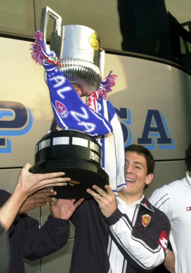 Galletti sostiene la Copa del Rey tras ganarla en 2004 (Archivo 20minutos).