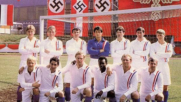 Fotograma del filme, con la formación del equipo aliado (Lorimar).