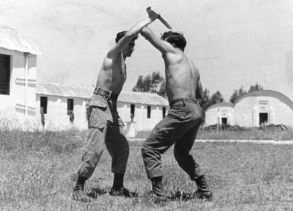 Dos soldados israelíes entrenando en 1955 (WIKIPEDIA).