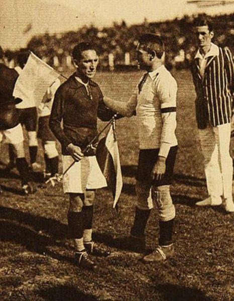Arellano, a la izquierda, ante Argentina en un partido del Sudamericano de 1926 (WIKIPEDIA).