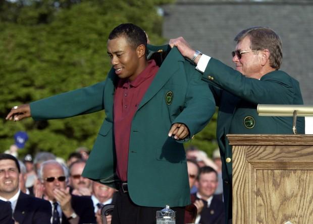 En 2002 Tiger Woods repitió victoria en Augusta. Por ello recibió la chaqueta de manos de Hootie Johnson, entonces presidente del club (Archivo 20minutos).