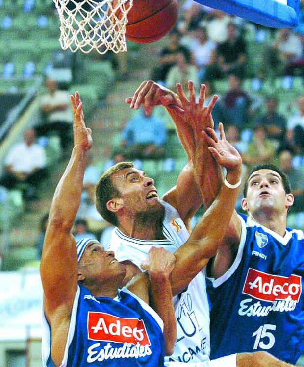Iñáki de Miguel, contra su exequipo, Estudiantes, cuando jugaba en las filas del CB Alicante (Archivo 20minutos).