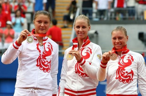 Podium del torneo olímpico de tenis de 2008. De izquierda a derecha, Dinara Safina (plata), Elena Dementieva (oro) y Vera Zvonareva (bronce), todas de Rusia.