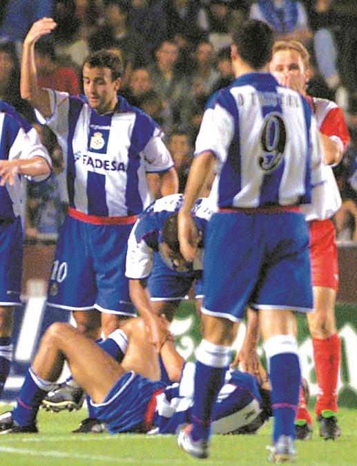Giovanella, a la derecha y de rojiblanco, reacciona con horror tras darse cuenta de la gravedad de la lesión de Manuel Pablo, en el suelo, mientras Fran pide las asistencias médicas (Archivo 20minutos).