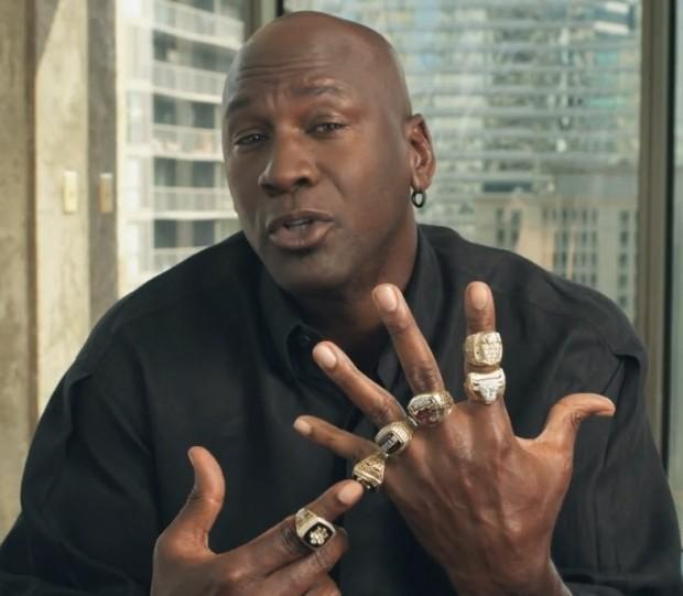 Michael Jordan, luciendo sus anillos de campeón de la NBA (YOUTUBE).