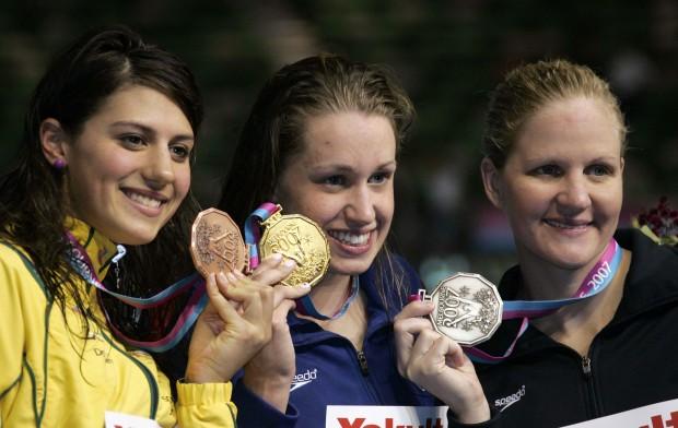 Stephanie Rice a la izquierda, con una medalla de bronce en el Mundial de 2007 (Archivo 20minutos).