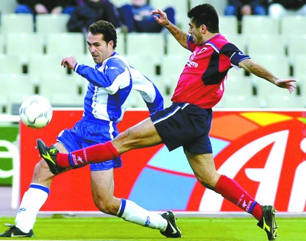 Toni Velamazán centra un balón en un Espanyol-Numancia de la temporada 2000-2001 (Archivo 20minutos).
