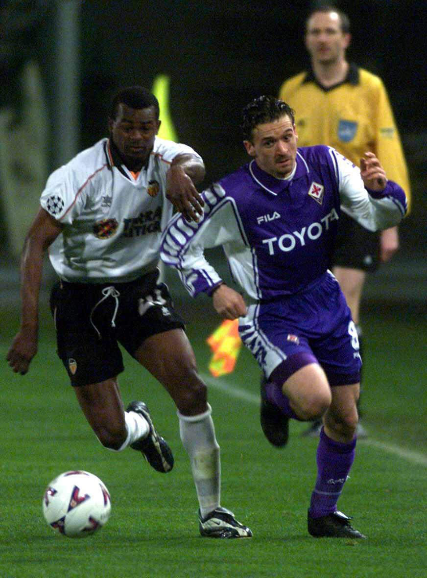 Angloma persigue a otra leyenda del Valencia, Pedja Mijatovic, en un Fiorentina-Valencia de Champions de 2001 (Archivo 20minutos).