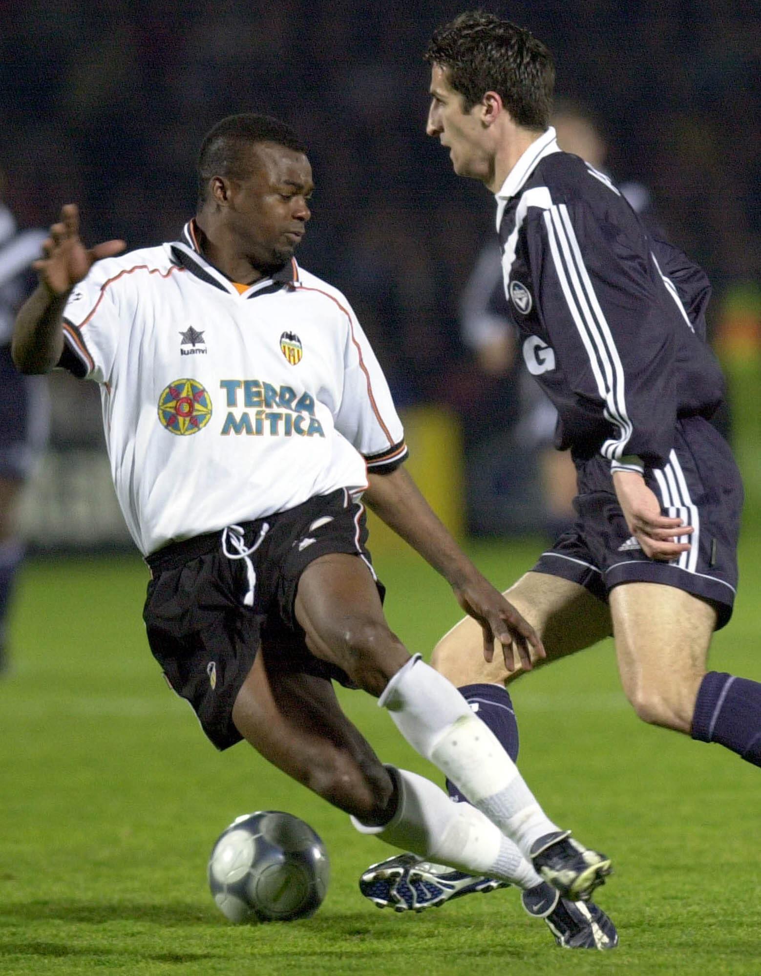 Angloma, en un partido de Champions con el Valencia y en su Francia natal (Archivo 20minutos).