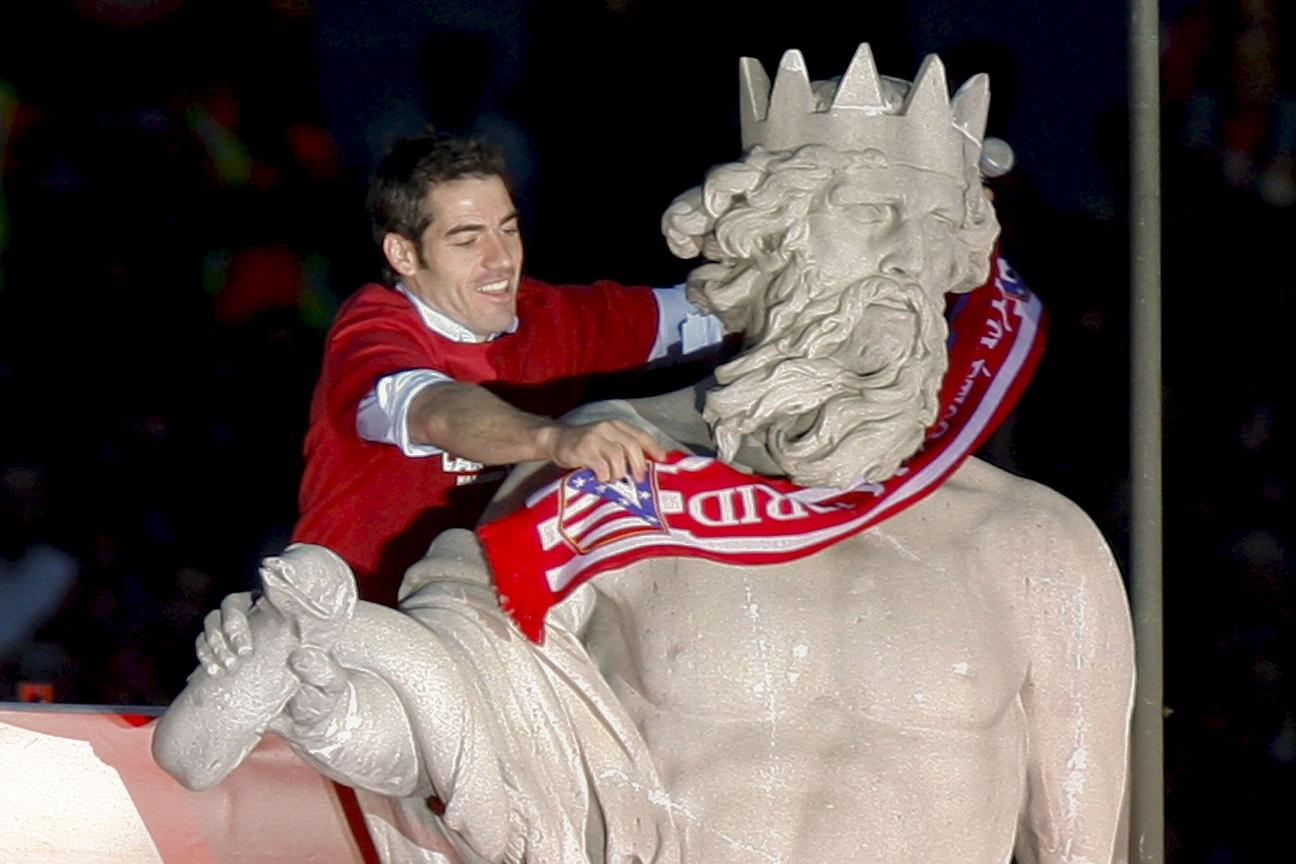 Antonio López coloca la bufanda del club en la estatua de Neptuno en la celebración de