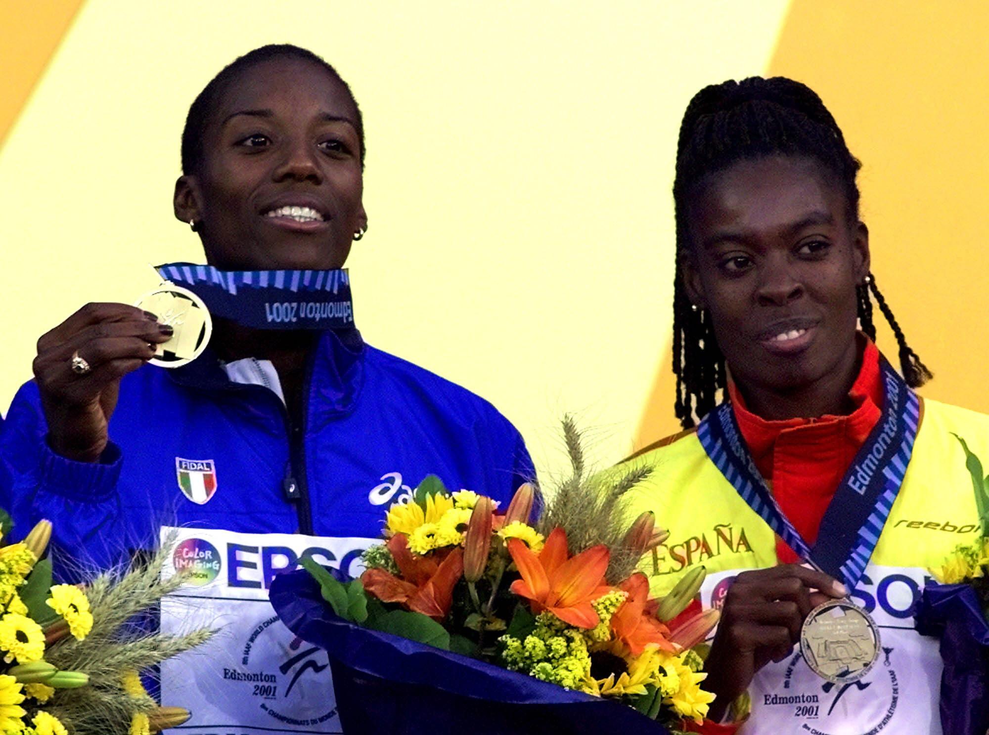 Fiona May y Niruka Montalvo, en el podio de la prueba de salto de longitud de los Mundiales de Edmonton en 2001 (Archivo 20minutos).