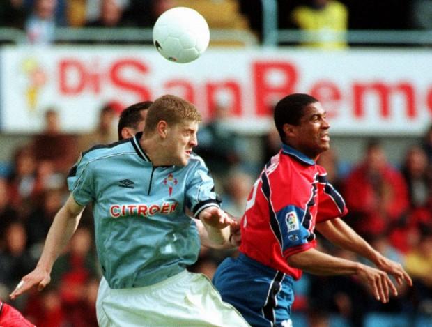 Rocha, despejando de cabeza con el Numancia en un partido ante el Celta en el año 2000 (Archivo 20minutos).