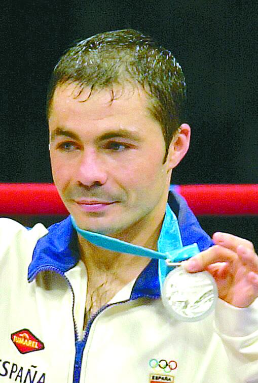 'Balita' Lozano muestra orgulloso su plata olímpica de 2000 (Archivo 20minutos).