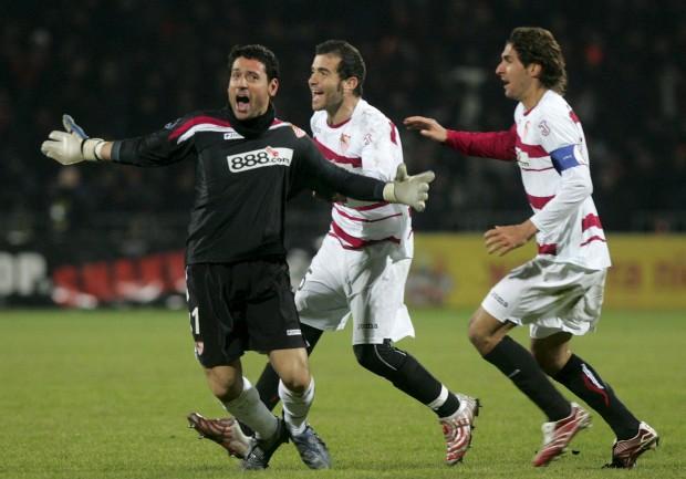 Palop celebra con Escudé y Maresca su famoso gol en Donetsk en marzo de 2007 (Archivo 20minutos).
