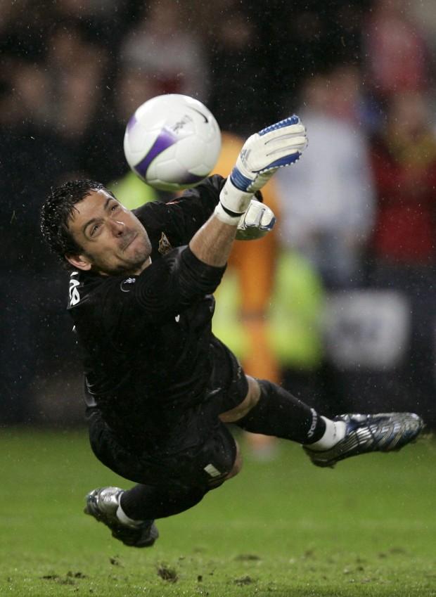 Palop, parando el penalti definitivo de la final de la UEFA de 2007 entre el Sevilla y el Espanyol (Archivo 20minutos).