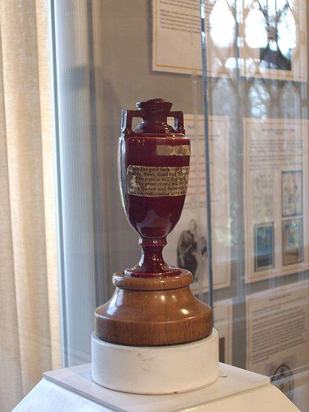 La urna original, en su ubicación en Lord's (WIKIPEDIA).