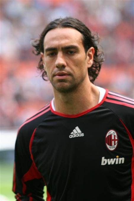 Nesta, calentando antes de un partido con el Milan en 2007 (WIKIPEDIA).