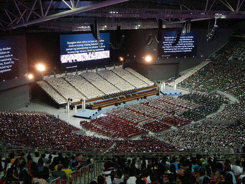 Interior de la Arena Filipina, en una celebración religiosa (WIKIPEDIA).