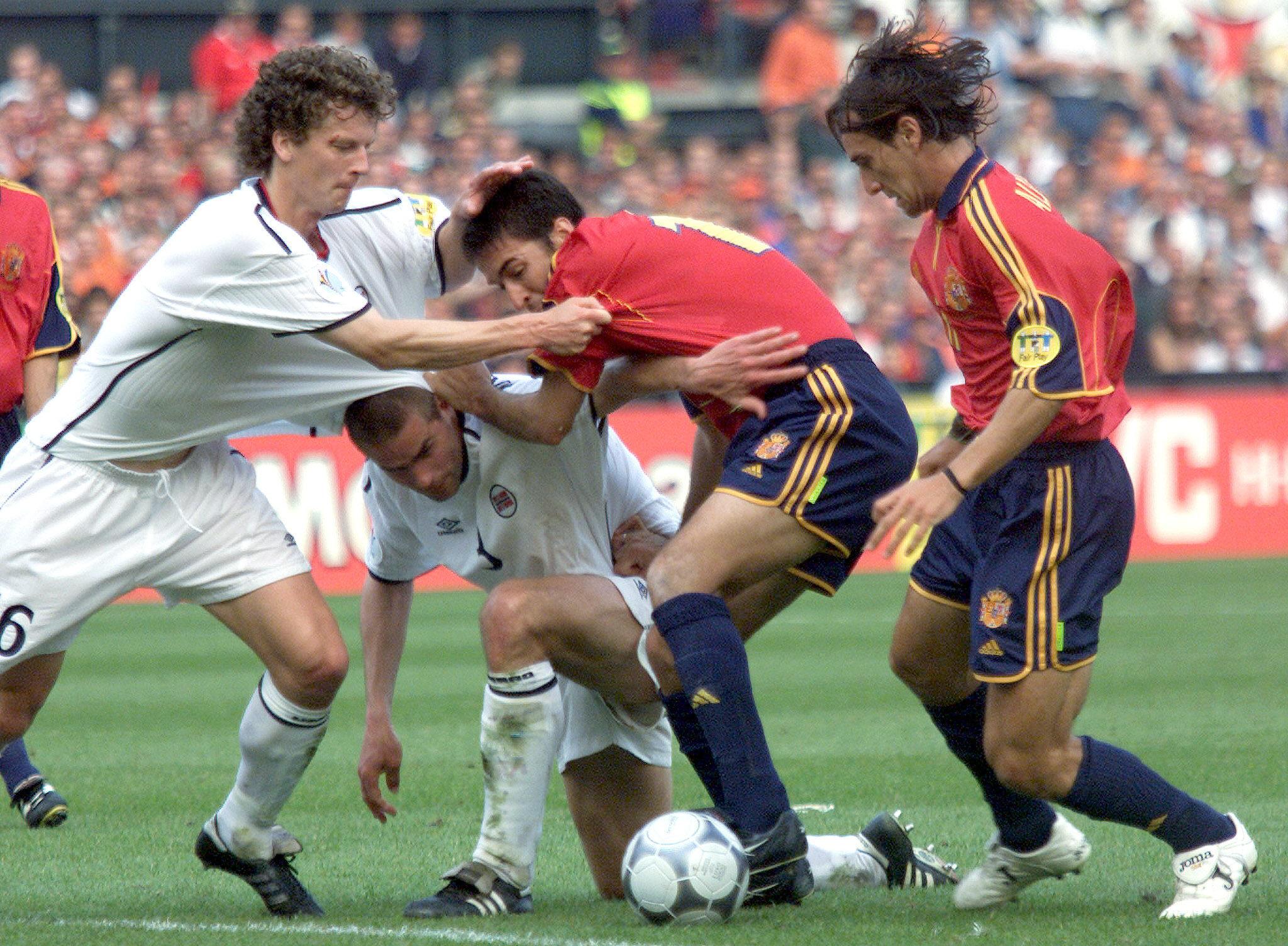 Eggen pelea un balón con Raúl en un España-Noruega de la Eurocopa de 2000 (Archivo 20minutos).