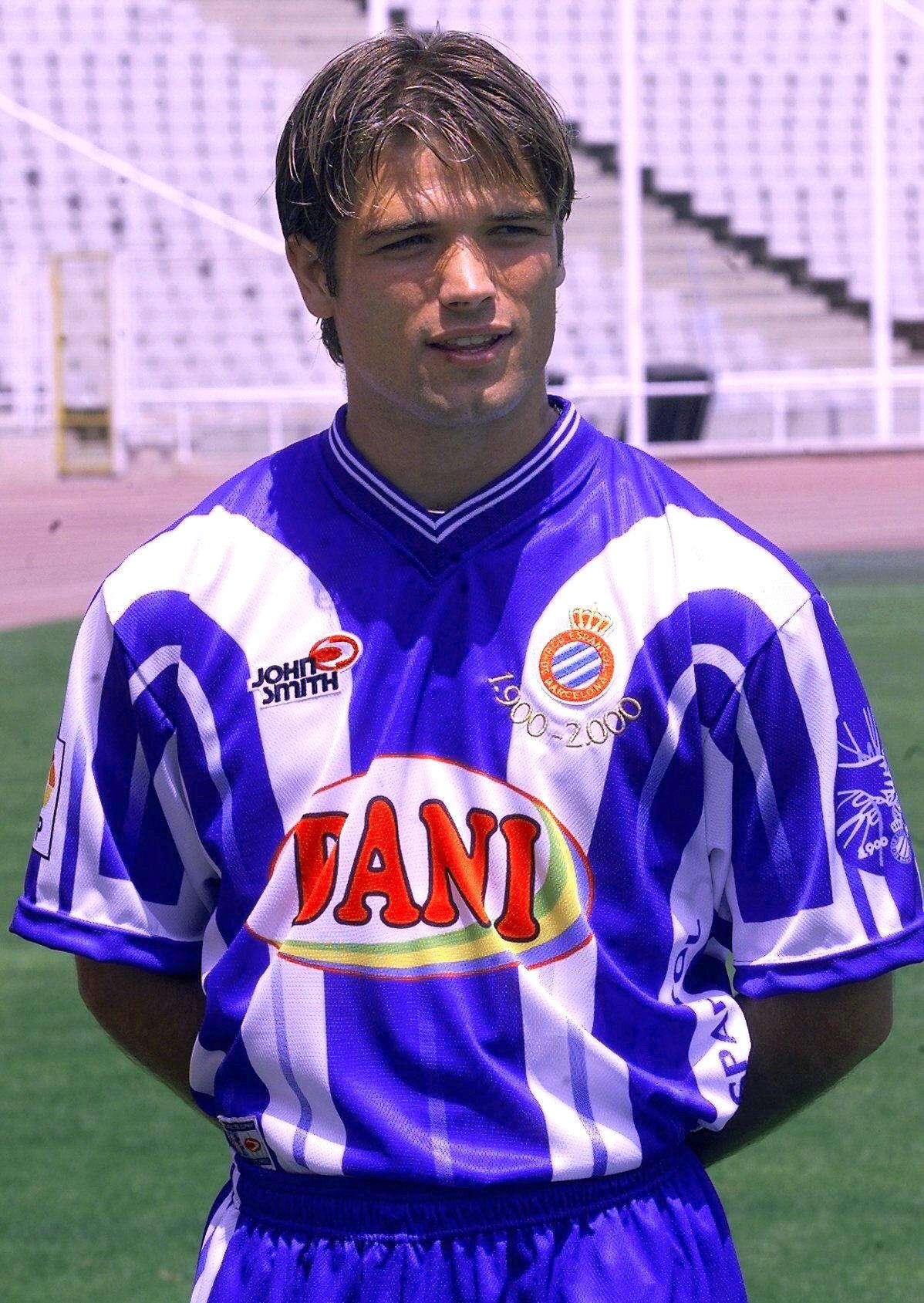 De Lucas, presentando la camiseta que usó el RCD Espanyol en la final de Copa del año 2000 (Archivo 20minutos).