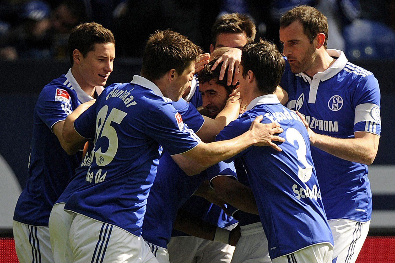 Christoph Metzelder, a la derecha del todo, felicitando a Raúl tras un gol del madrileño con el Schalke 04 (Archivo 20minutos).