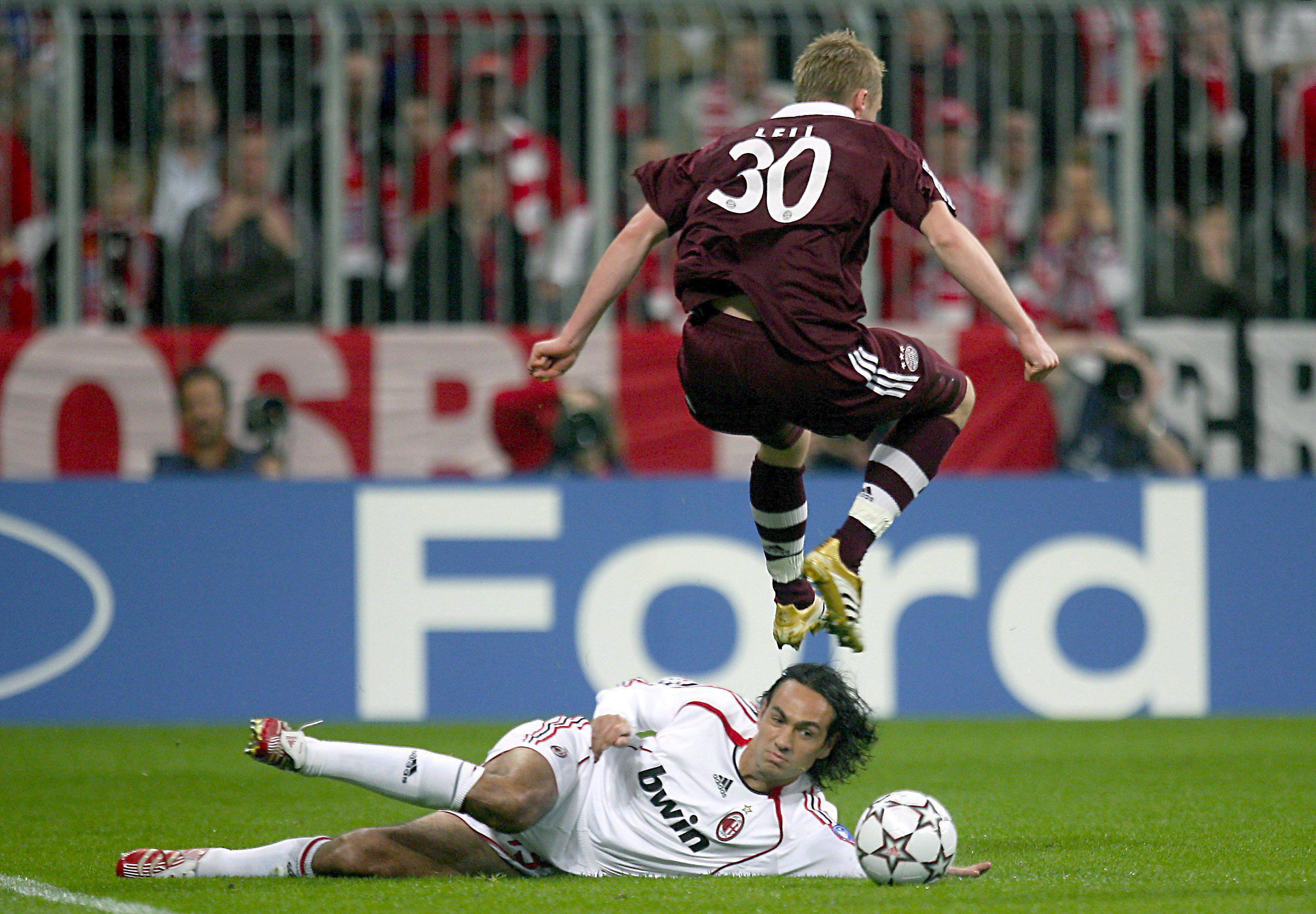 Nesta, ejecutando un 'tackle' en un partido de cuartos de final de la Champions de 2007 ante el Bayern de Múnich, en Alemania (Archivo 20minutos).