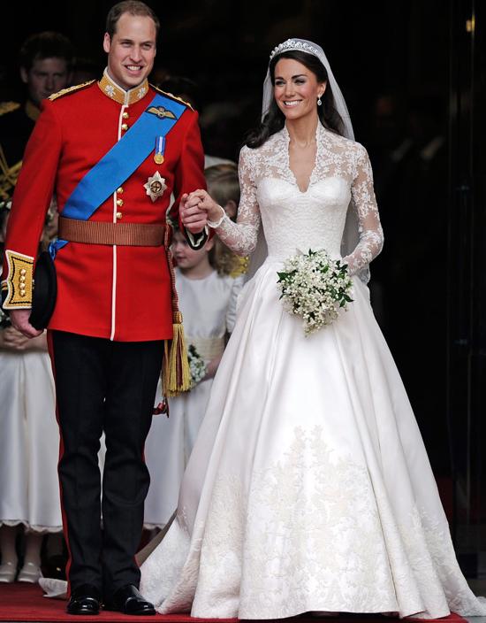 ,Por último, el de Charlene de Mónaco. Ella optó por un Armani sencillo y de líneas muy rectas. Lo más original del vestido, de seda, era el detalle cruzado