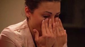 La protagonista de The Bachelette, llorando.