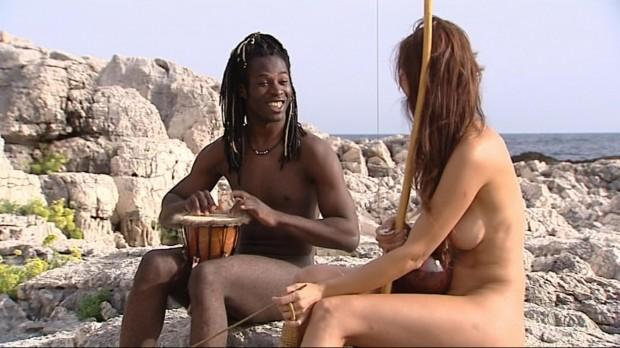 Esther y Coman, tocando el... bongo