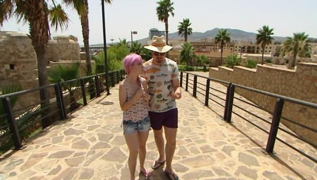 Diego, con pintas de turista y Angie, con pintas, a secas.