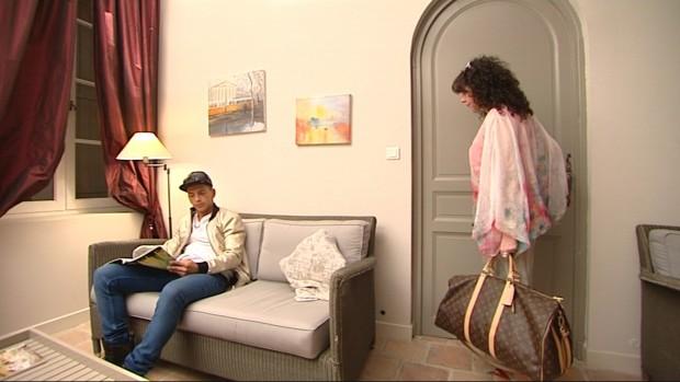Rafa, levantándose para despedir a su madre. Ah, no. (CUATRO)