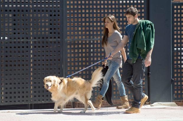 Iker y Sara de paseo perruno. (GTRES)
