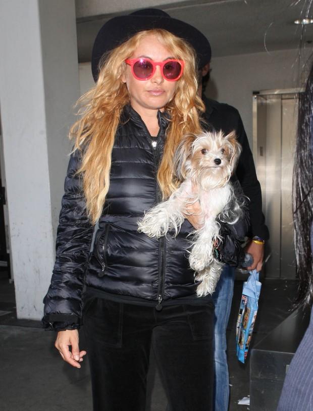 Paulina es una gran amante de los perros, en la imagen hace poco en el aeropuerto de Los Angeles. (GTRES)