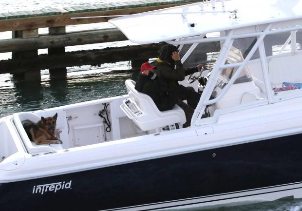 Enrique Iglesias y Anna Kournikova se llevan a su perro hasta en barco. (GTRES)