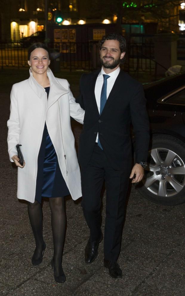El príncipe Carl Philip y Sofia Hellqvist entrando en el concierto de Navidad de Estocolmo. (GTRES)