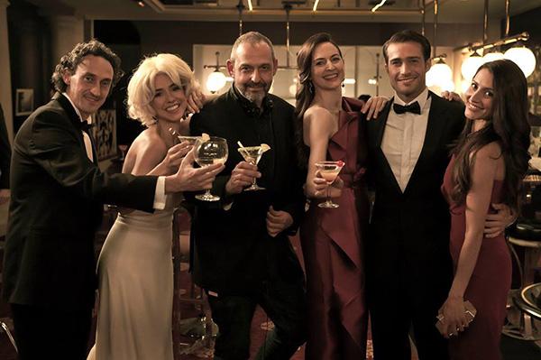 En el centro, Alfonso Albacete, rodeado de algunos de sus actores en 'Sólo química'