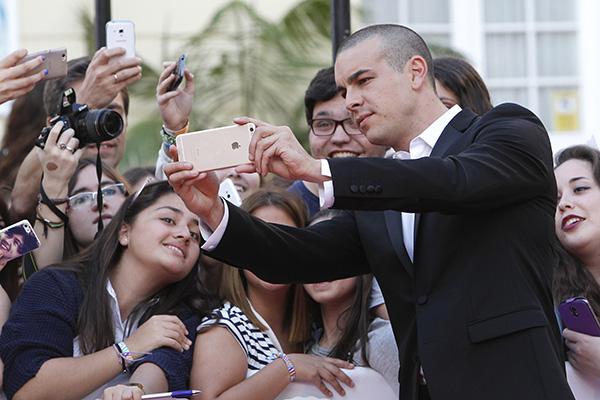 Selfies y desesperación en la llegada de Mario Casas el sábado © Gtres