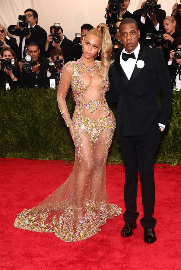 """Beyoncé, con un """"no vestido"""" de Givenchy, junto a su marido Jay-Z."""