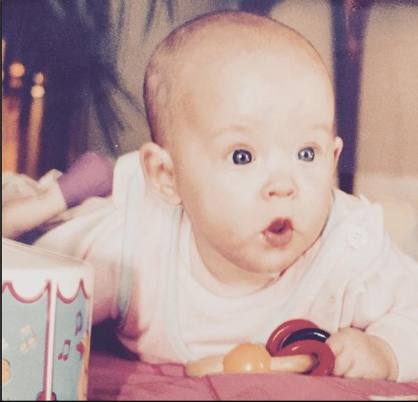 Dakota Johnson, con diez meses. Foto: IG @melanie_griffith57